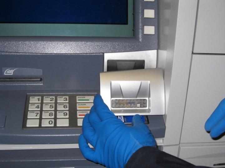 Кража денег с банковских карт с помощью скиммера